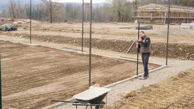 Operaio al lavoro per trasformare un territorio abbandonato in un centro sportivo