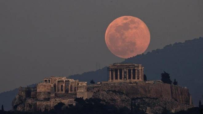 La Superluna sull'Acropoli di Atene (Ansa)