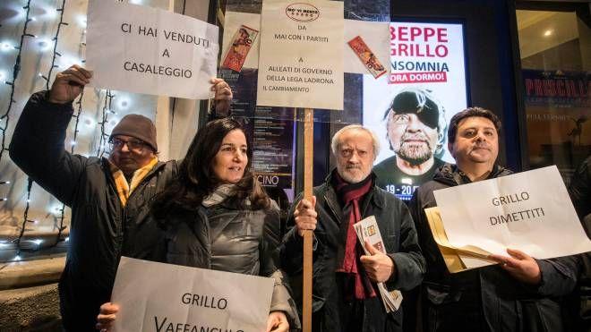 Contestatori di Grillo fuori dal teatro Bravaccio a Roma (Imagoeconomica)