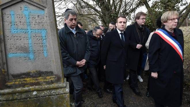 Macron visita il cimitero profanato (Ansa)