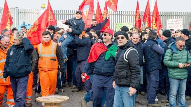 I lavoratori della Sirti in agitazione con i sindacati