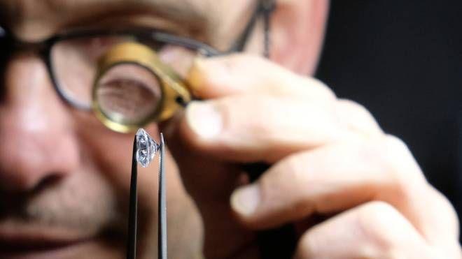 Un esperto che analizza i diamanti (foto d'archivio)