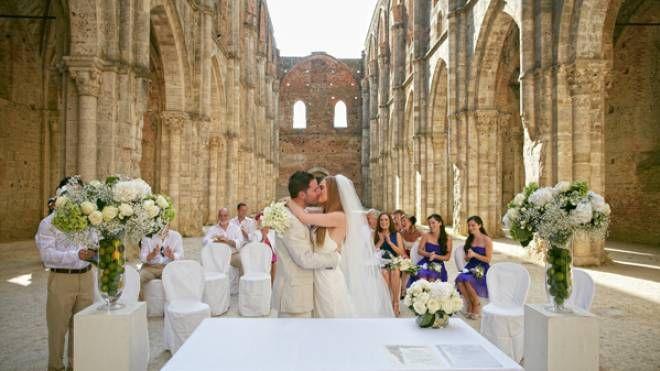 Un matrimonio nella chiesa di San Galgano (Foto Toscana Notizie)