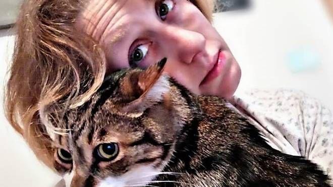 La scrittrice pasticcera Martina Toninelli con uno dei suoi tanti gatti