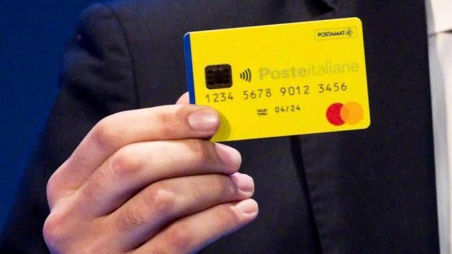 Reddito di cittadinanza, la card (Ansa)