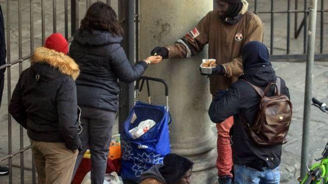 Firenze, piazza Santa Maria Novella: vendita abusiva di cibo (Germogli)
