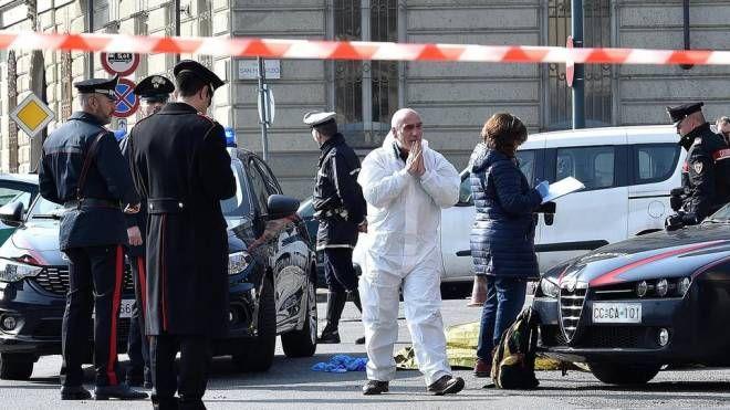 I carabinieri eseguono i rilievi dove un uomo di 34 anni è stato accoltellato (Ansa)