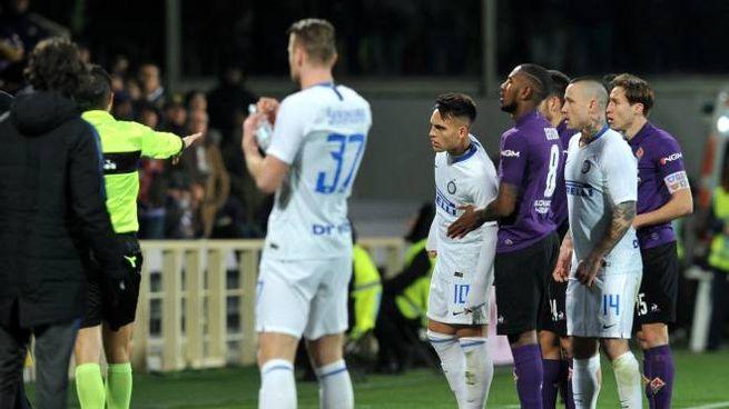 Fiorentina-Inter, l'arbitro Abisso consulta la Var