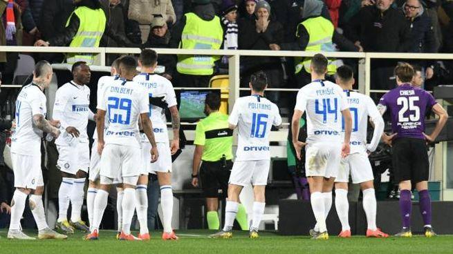 Fiorentina-Inter, l'arbitro consulta la Var (Ansa)