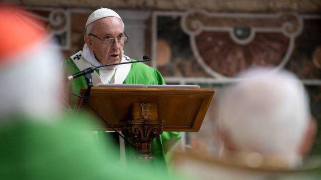 Papa Francesco celebra la messa durante il summit contro la pedofilia (Lapresse)