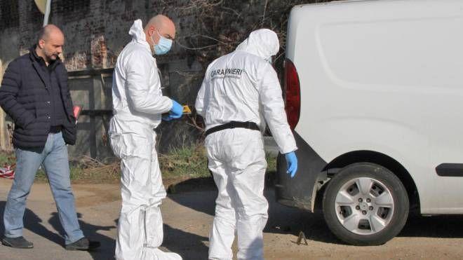 I carabinieri alla ricerca di elementi utili per chiarire la vicenda La vittima si trovava al volante del suo furgone al momento dell'agguato