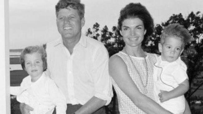 John e Jackie Kennedy con i figli Caroline e John in uno scatto del 1962