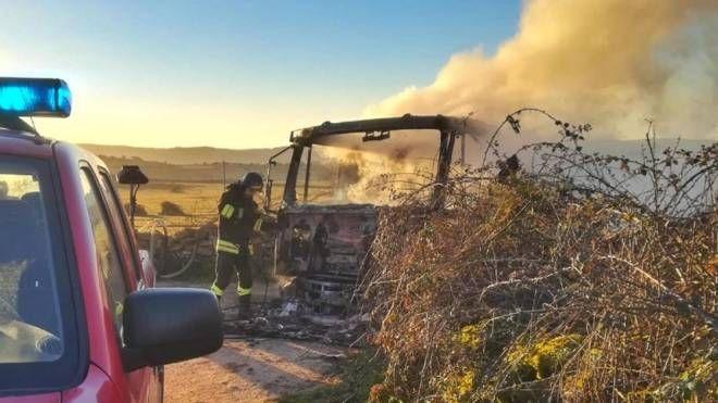 La cisterna di latte data alle fiamme nel Sassarese in un precedente assalto (Ansa)