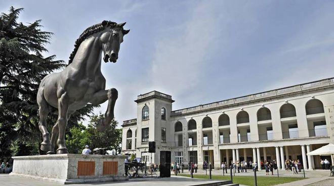 il Cavallo di Leonardo  davanti alle tribune  dell'Ippodromo milanese
