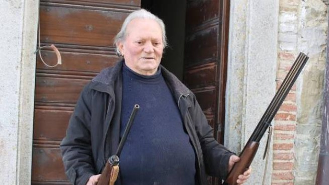 Il parroco Antonio Mandrelli, 73 anni, mostra i fucili