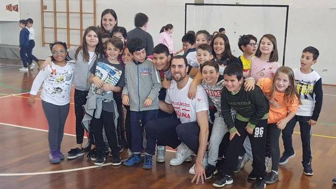 Gli studenti insieme ai giocatori della Grissin Bon