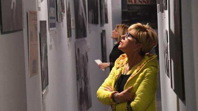 Visitatori osservano le foto