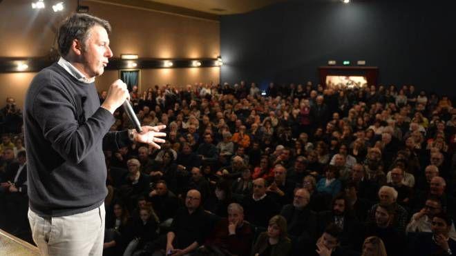 Matteo Renzi davanti alla platea del Piccolo di via Cerchia (Frasca)