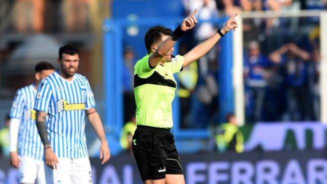Spal-Sampdoria, l'arbitro indica la Var (Foto Businesspress)