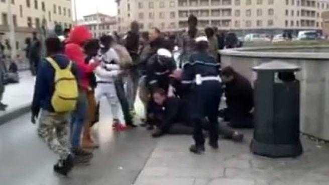 Un fotogramma del video che riprende la rissa di Santa Maria Novella
