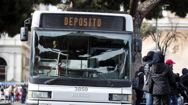 Autobus fuori servizio durante lo sciopero dei trasporti alla stazione Termini (Ansa)