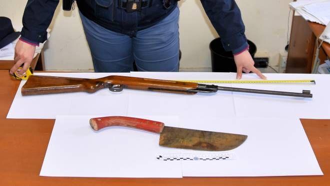 La carabina e il machete sequestrati