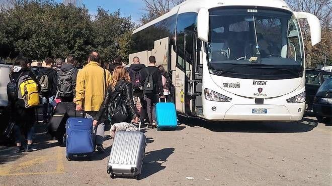 Fano, la polizia blocca la gita scolastica: il pullman ha una gomma liscia