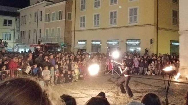 Prima dell'accensione del rogo in piazza, alcuni artisti si sono esibiti in performance con il fuoco