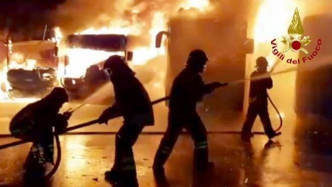 Un momento dell'incendio scoppiato a Lamporecchio