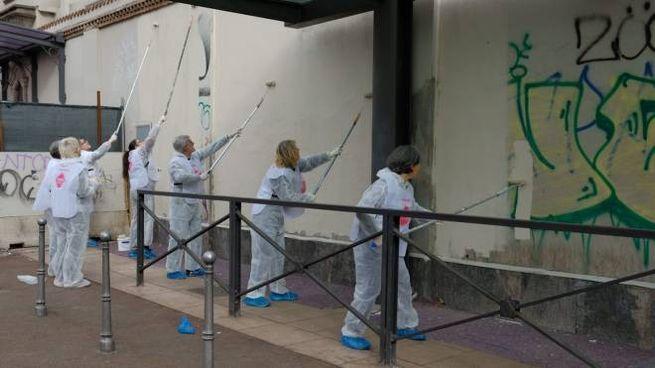 Volontari ripuliscono facciata Opera San Francesco