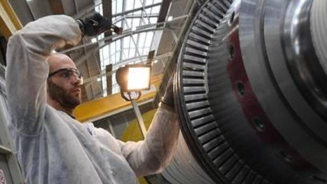 Un operaio al lavoro all'interno di una fabbrica