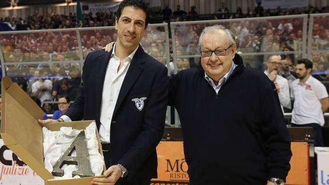 Martino è stato premiato prima della partita dal presidente dell'OraSì, Roberto Vianello (Zani)