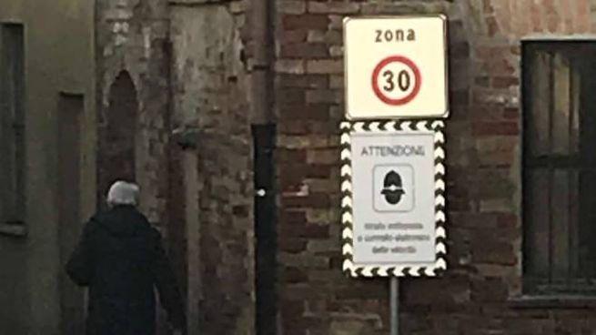 Il cartello in via Valera