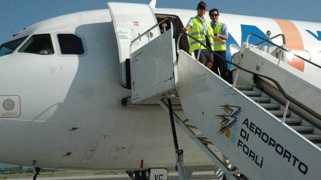 F.A., la società  di gestione del Ridolfi, stringe i tempi per riportare allo scalo  gli aerei: l'ultimo volo risale  a fine marzo 2013