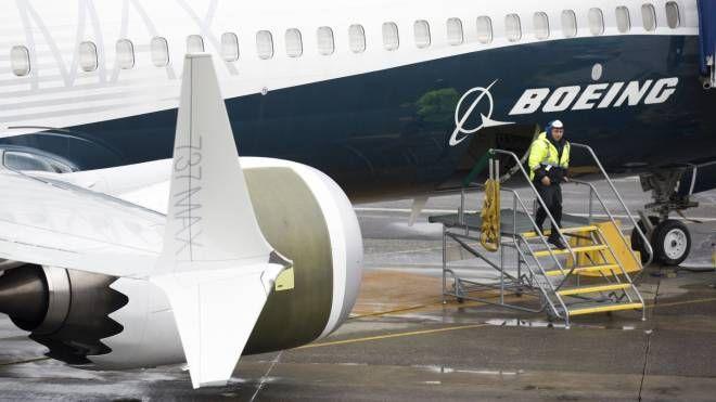 Un operaio vicino al Boeing 737 Max (Lapresse)