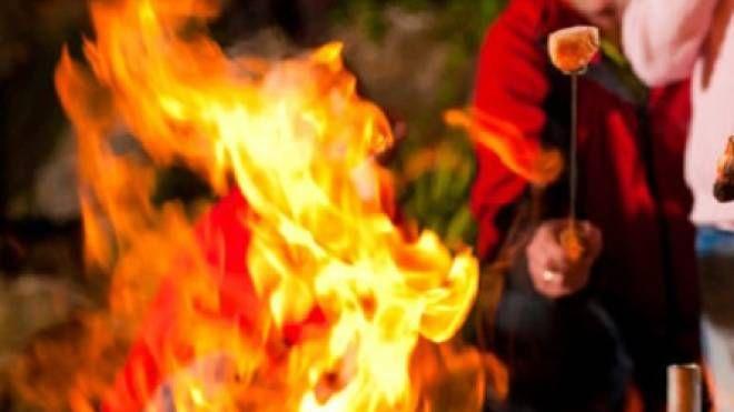 Le fiamme hanno investito l'uomo che stava preparando la grigliata insieme ad altri tre amici