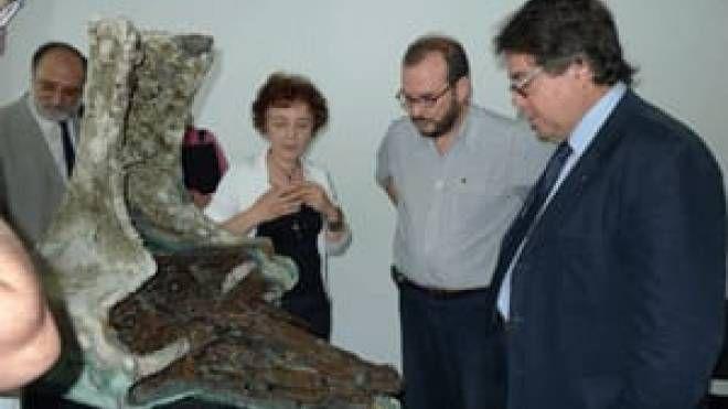 Andrea Camilli e Sebastiano Tusa con un rostro