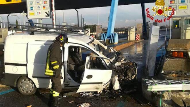 Il furgone semidistrutto (foto Vigili del Fuoco)