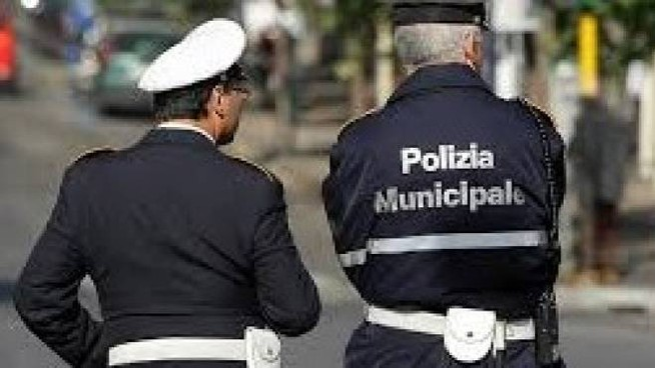 AMBIENTE Non è la prima volta che gente anche  da fuori  abbandona rifiuti  a Porto  San Giorgio Scattato  il sequestro