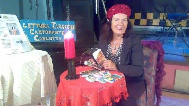 La cartomante Carlotta ha numerosi clienti a Bellaria: adesso in città vengono offerti posti di lavoro nei call center dedicati all'esoterismo