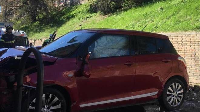 L'auto volata nella scarpata (foto Calavita)