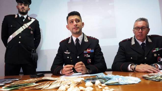 Il capitano Marco Califano e il tenente Miserendino durante la conferenza stampa