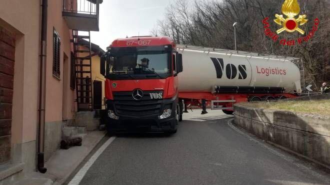 Camion resta incastrato in una strettoia