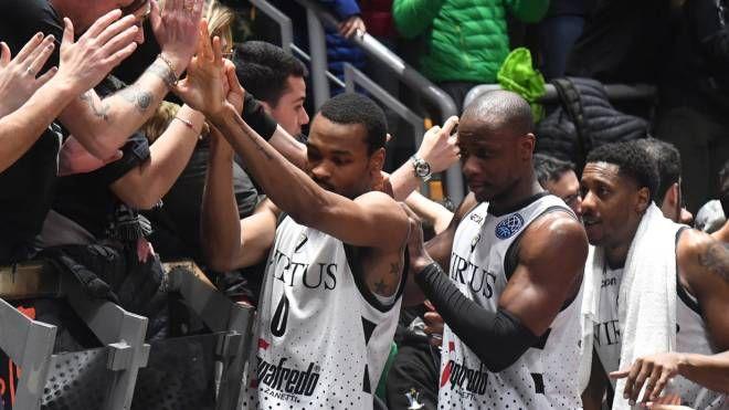 Virtus Bologna, i giocatori salutano i tifosi dopo la vittoria con Le Mans (Schicchi)