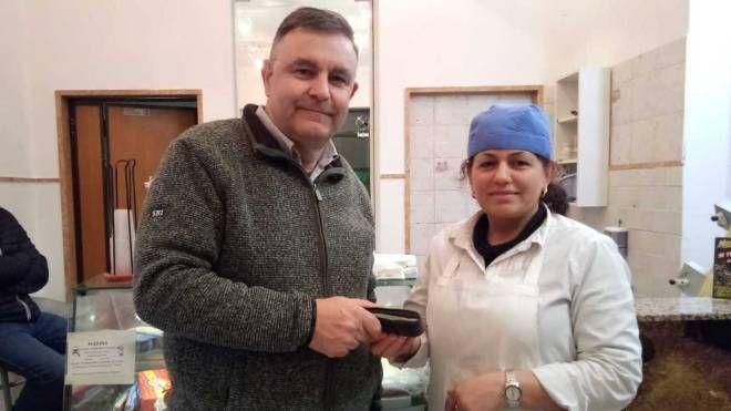 Gino Alberghini con Vasilika Yemeresi, che ha trovato il portafogli perso dalla guardia provinciale