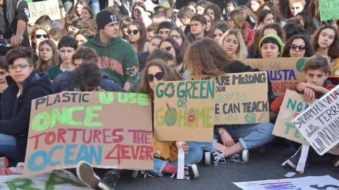 Studenti in piazza per il clima: qui siamo a Livorno (Foto Novi)