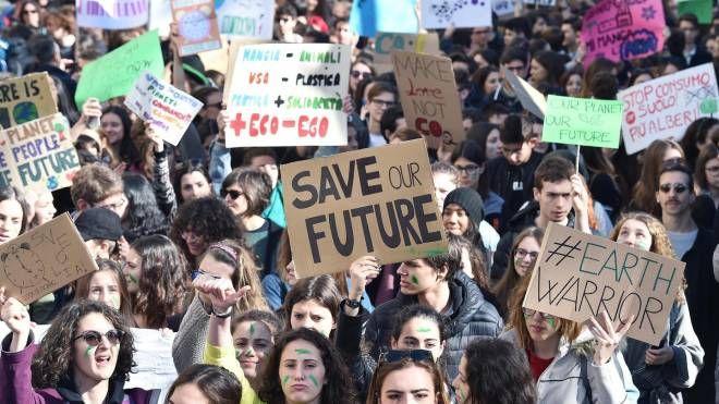 La manifestazione 'Friday for Future' di Torino (Ansa)