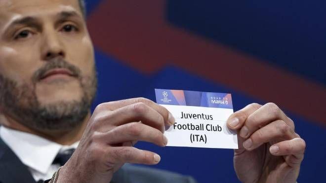 Sorteggio Champions, Julio Cesar estrae la Juventus (Ansa)