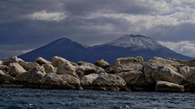 Meteo, torna il maltempo domenica. Nella foto la neve sul Vesuvio (Ansa)