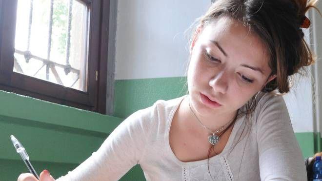 Una ragazza scrive a mano